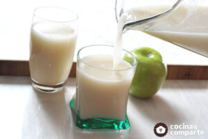 como hacer agua de manzana con avena
